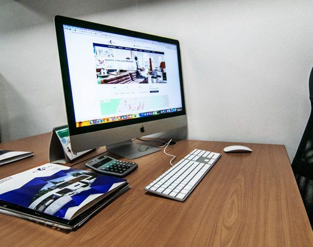 Kancelária vs. kancelária